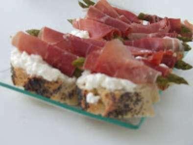 Canap d 39 asperges r ties au fromage frais et au jambon cru for Canape au fromage