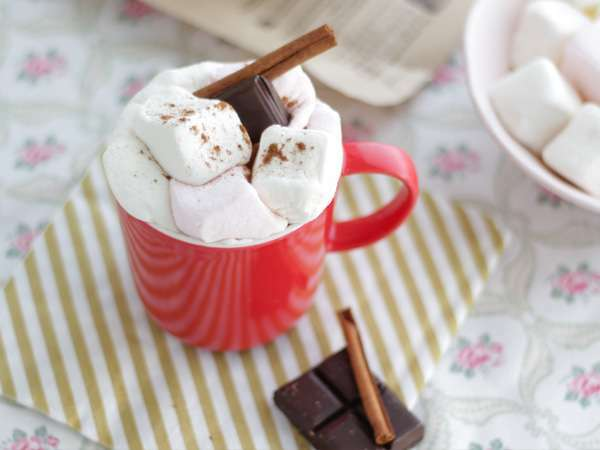 chocolat chaud maison aux guimauves recette ptitchef. Black Bedroom Furniture Sets. Home Design Ideas
