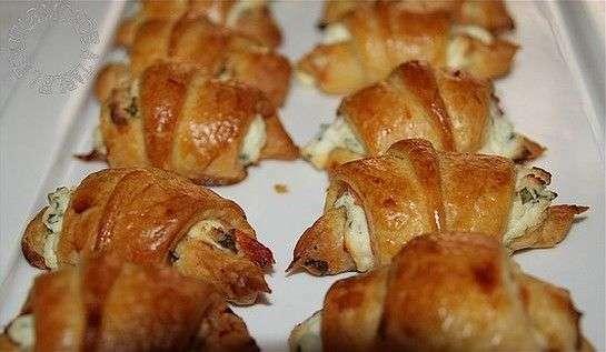 mini croissants saumon fum fromage frais et ciboulette pour l 39 ap ro recette ptitchef. Black Bedroom Furniture Sets. Home Design Ideas