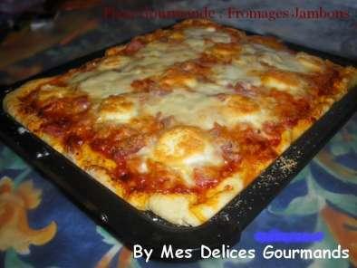 pizza gourmande fromages jambons recette ptitchef. Black Bedroom Furniture Sets. Home Design Ideas