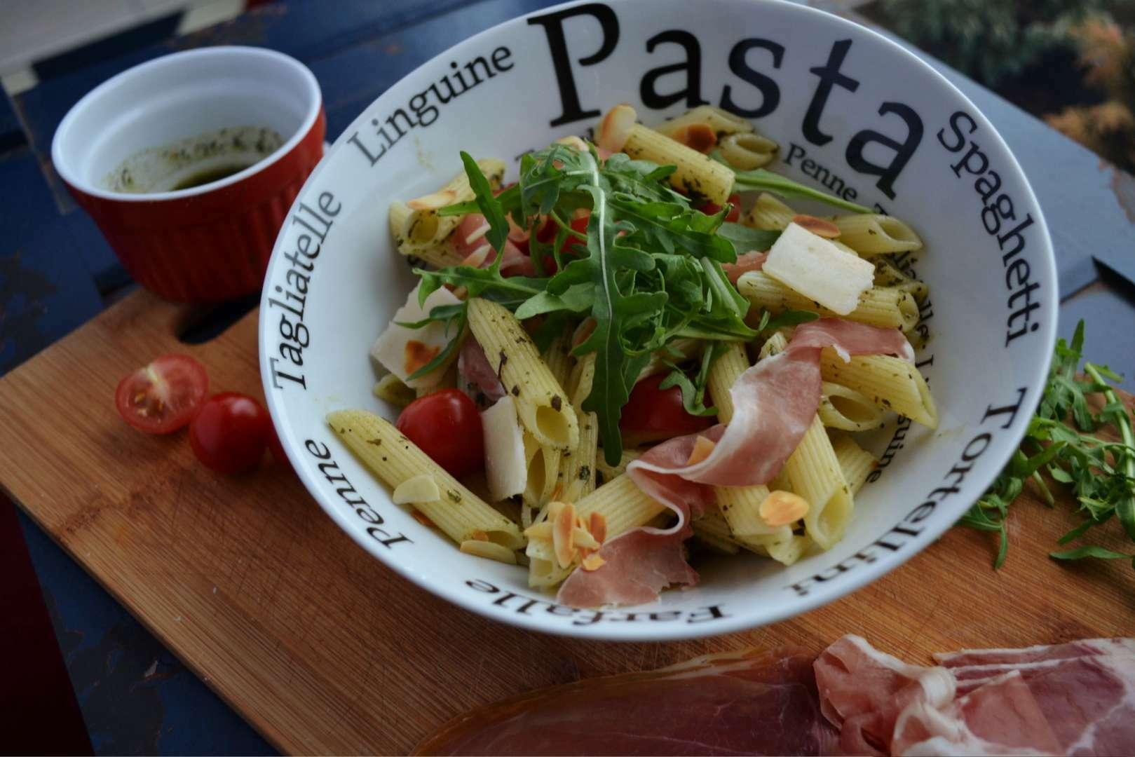 Salade de pennes au jambon cru, roquette et tomates cerises