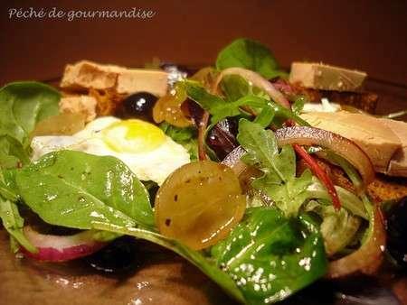 salade folle aux oeufs de caille raisins frais et foie gras sur pain d 39 pices recette ptitchef. Black Bedroom Furniture Sets. Home Design Ideas