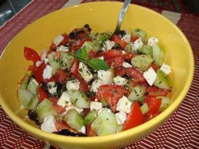 salade grecque f ta concombre tomates et olives noires recette ptitchef. Black Bedroom Furniture Sets. Home Design Ideas