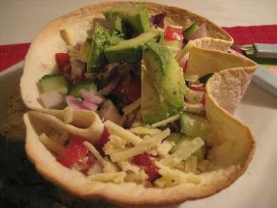 salade mexicaine dans un bol de tortillas recette ptitchef. Black Bedroom Furniture Sets. Home Design Ideas