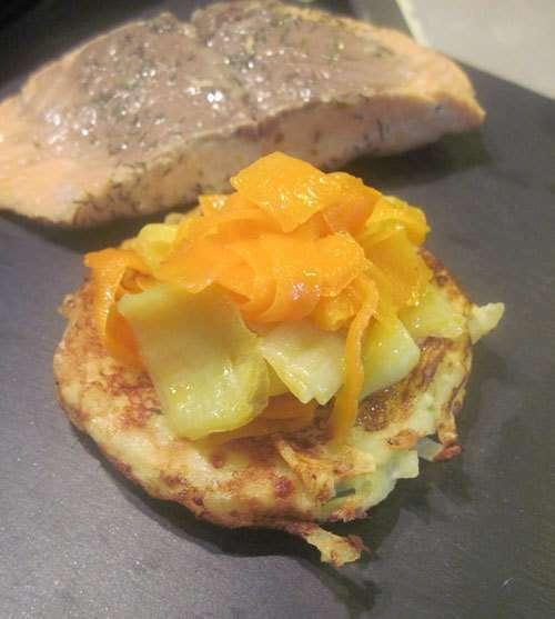 saumon et sa fondue de poireaux et carottes sur galette de pommes de terre recette ptitchef. Black Bedroom Furniture Sets. Home Design Ideas