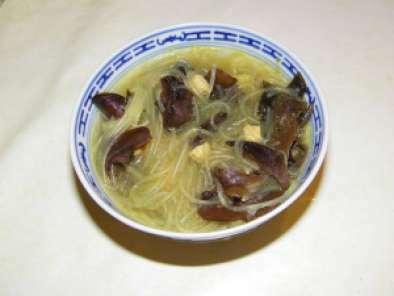 soupe chinoise au curry poulet poireau champignons noirs et vermicelles recette ptitchef. Black Bedroom Furniture Sets. Home Design Ideas