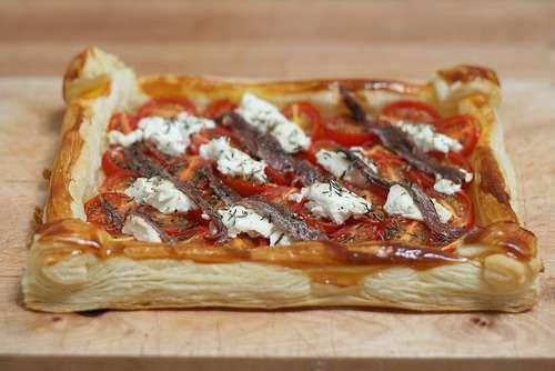 tarte feuillet e aux tomates cerises ch vre anchois recette ptitchef. Black Bedroom Furniture Sets. Home Design Ideas