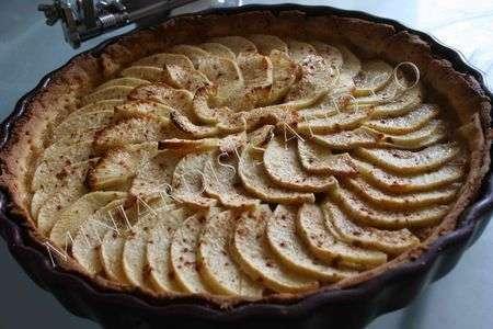 tarte simple pomme canelle pate brisee a la poudre d 39 amandes recette ptitchef. Black Bedroom Furniture Sets. Home Design Ideas