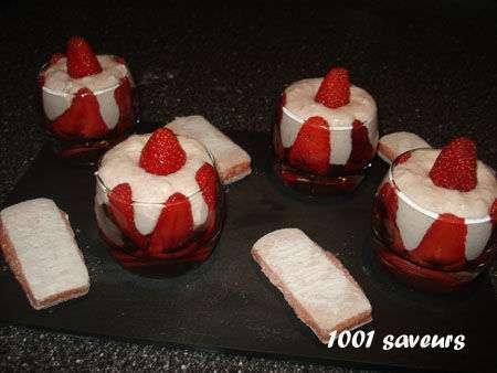 verrines de fraises au fromage blanc et biscuits roses de reims recette ptitchef. Black Bedroom Furniture Sets. Home Design Ideas